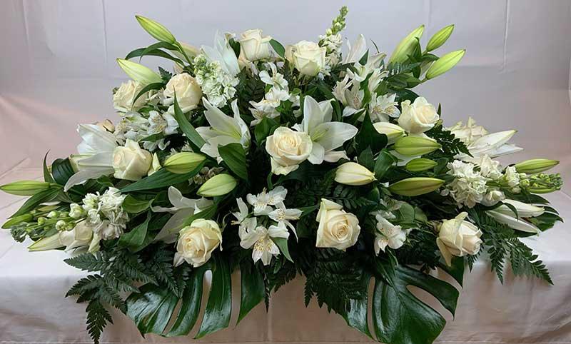 Centro de flores blancas para funeral